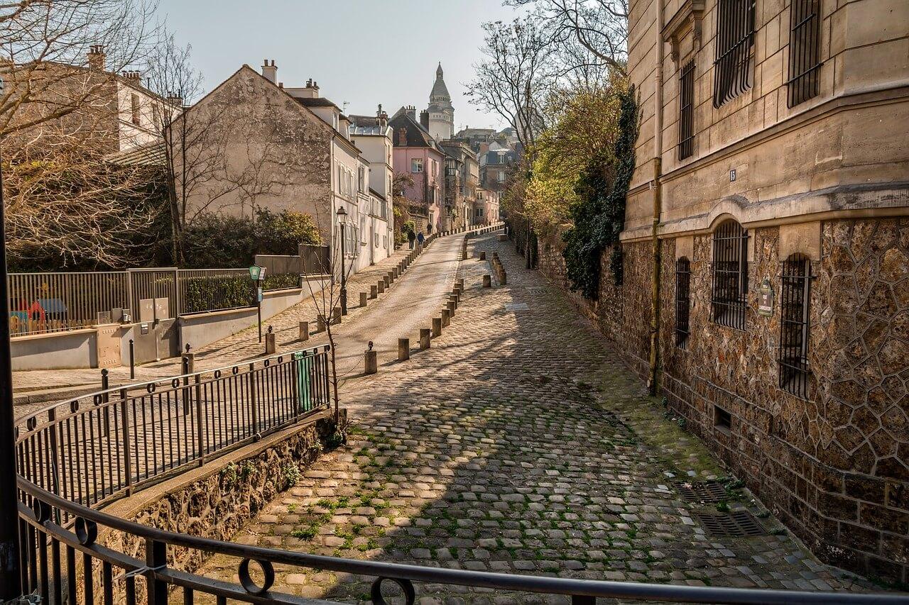 パリ、モンマルトルの石畳の風景の写真