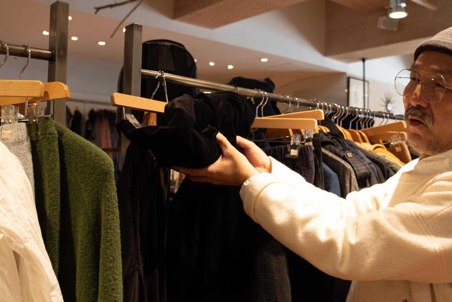 浅田さんがケーシーケーシーのスカートをくしゃっとしている写真