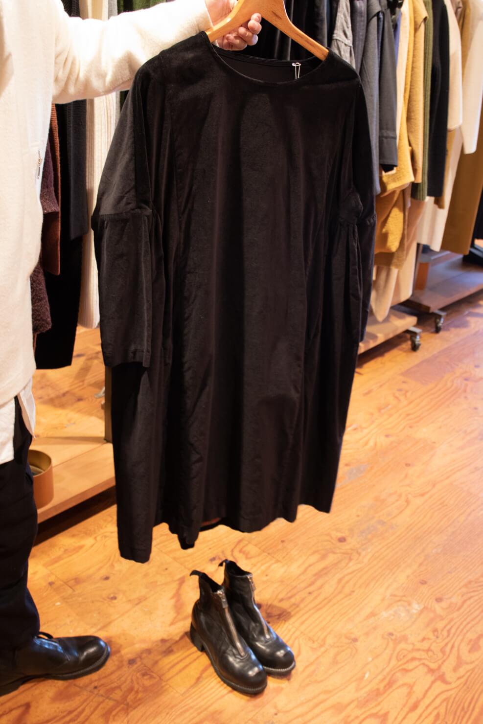 黒いワンピースと黒のジッパーブーツをコーディネートした写真