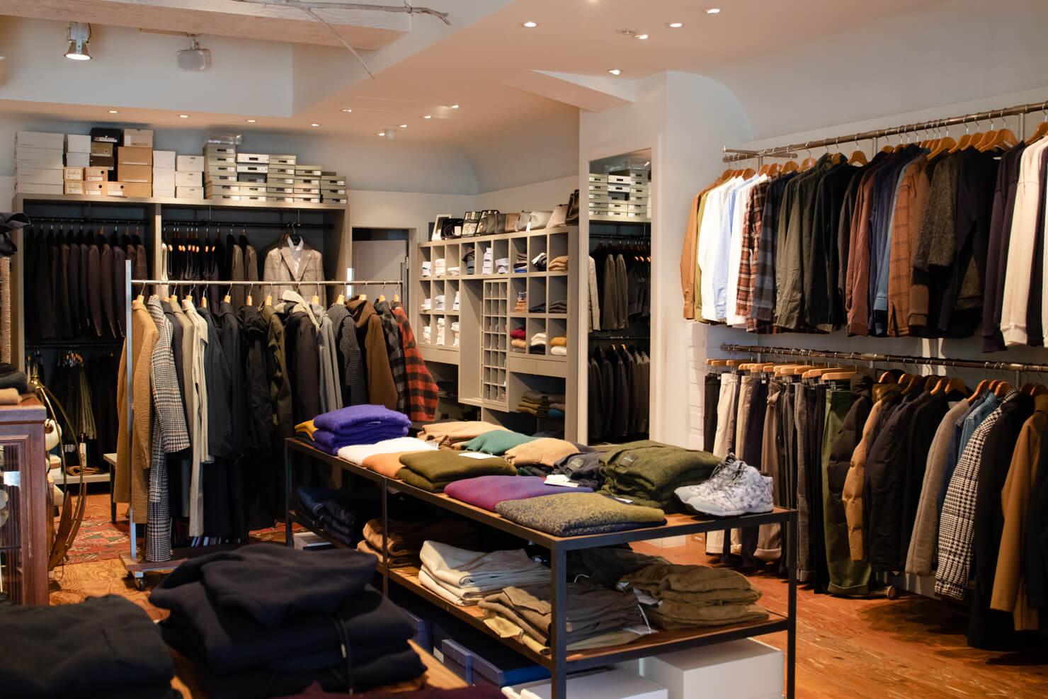 店内のたくさんの洋服の写真