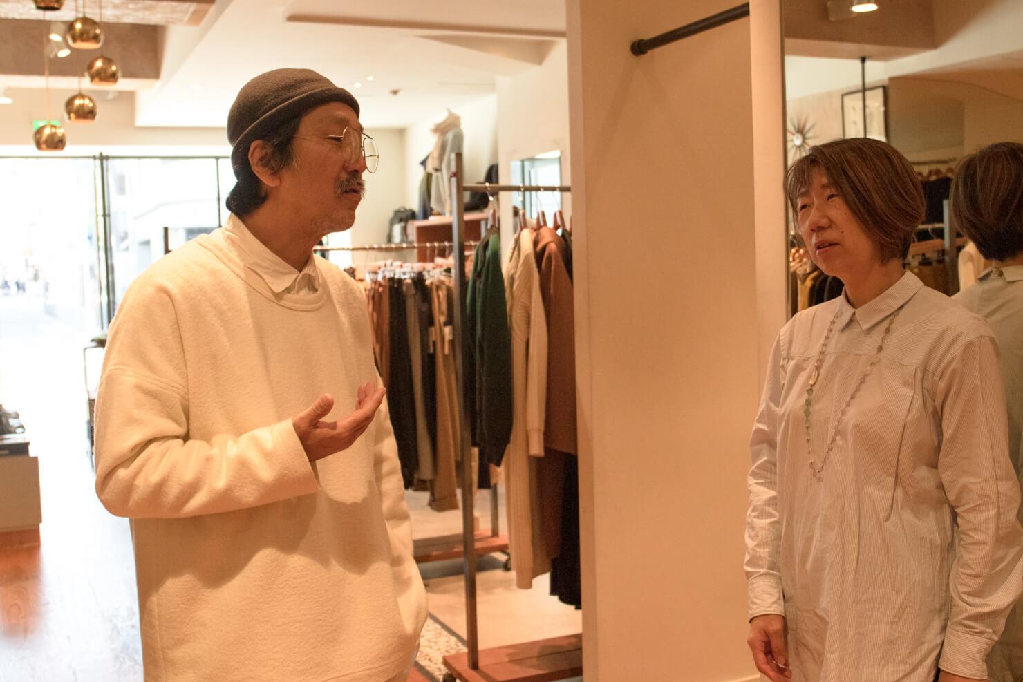 優しく説明する浅田さんとまだ困り顔のガッツの写真