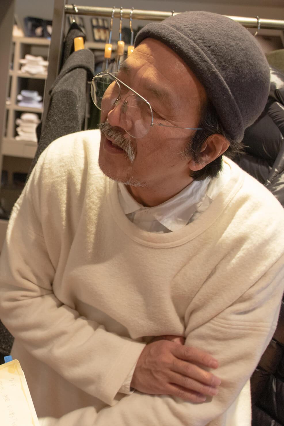 ガッツを覗き込む浅田さんの写真