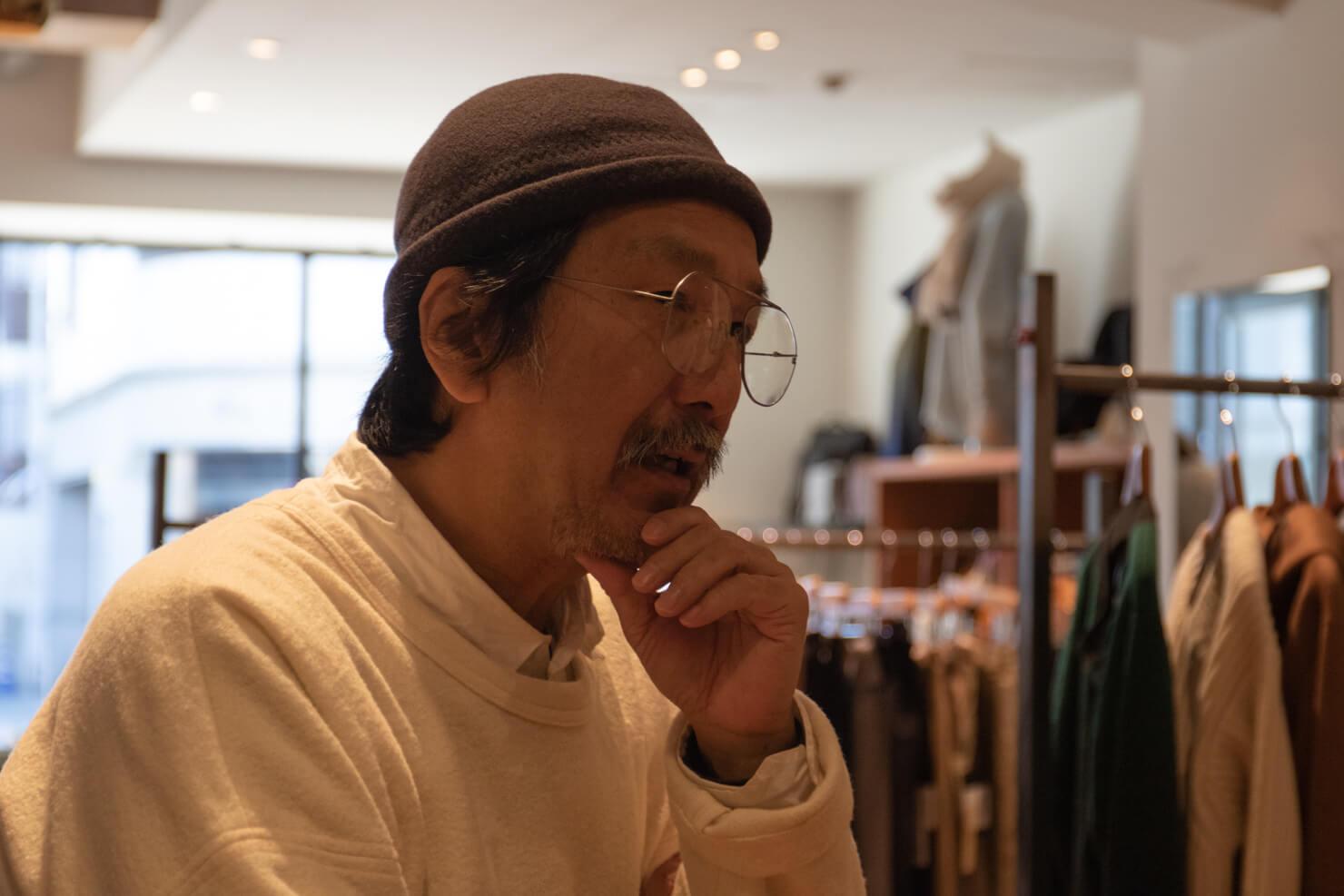 浅田さんが真剣に語っている写真