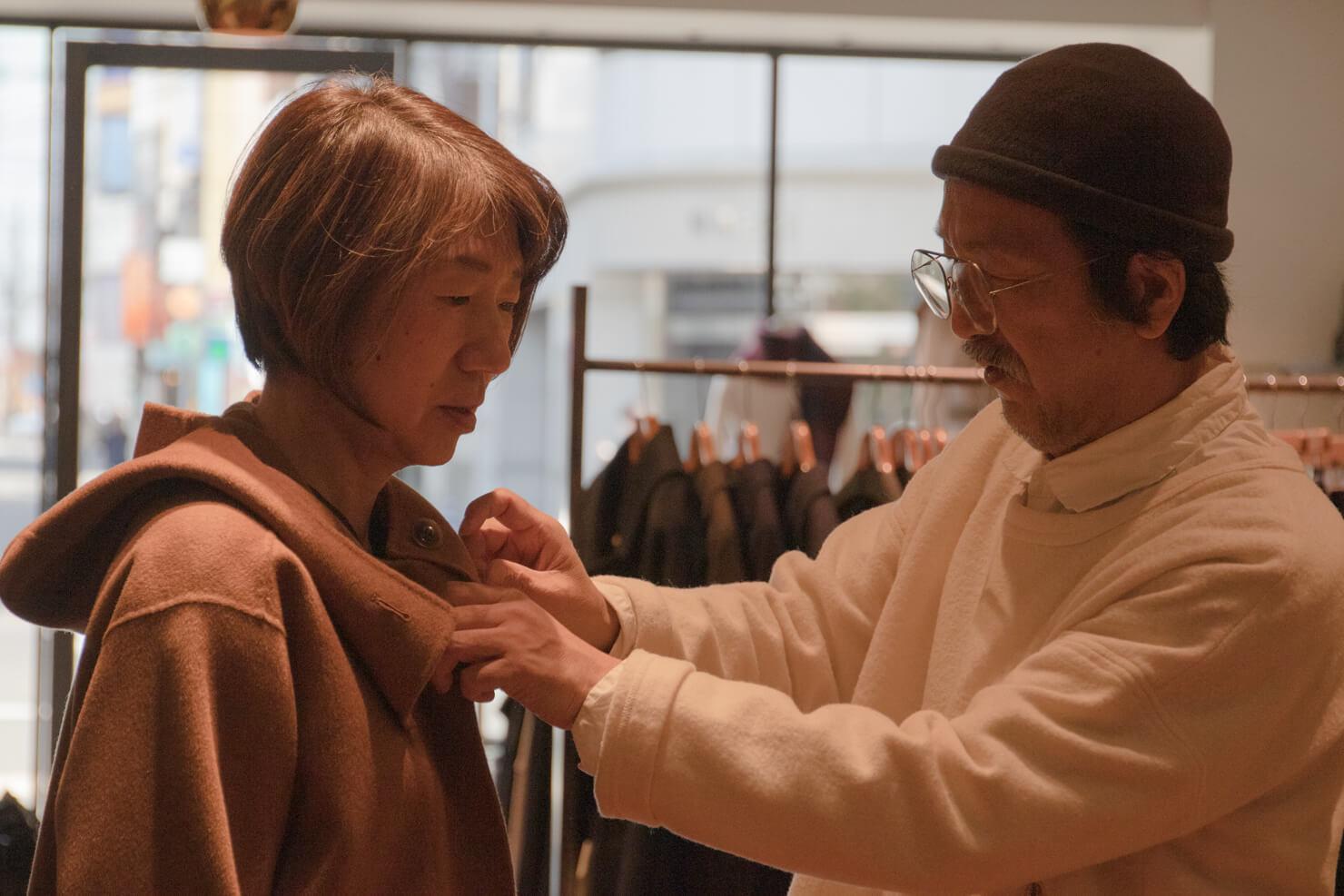 ガッツが浅田さんに襟を直してもらっている写真