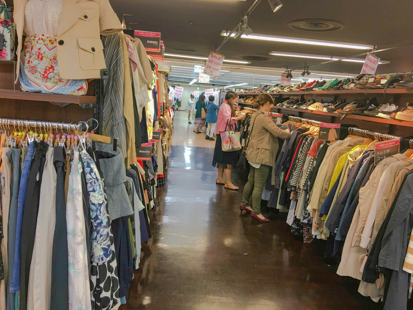 ブックオフの店内でお客さんが古着を見ている写真