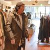高機能レインコートを着ている男性の写真