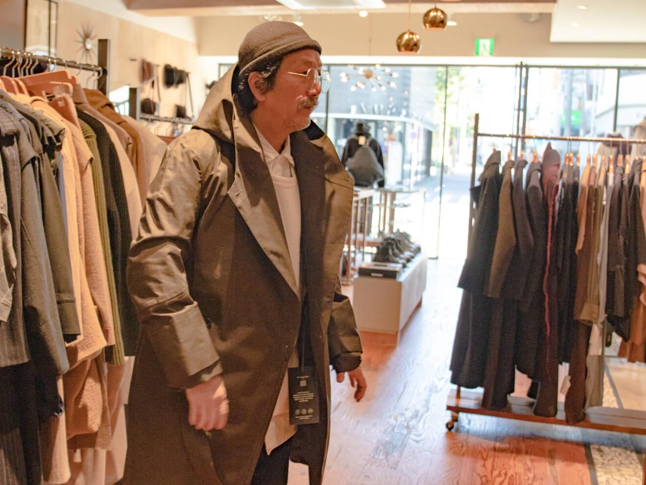 ノルウェー・ジャン・レインのコートを着ている男性の写真