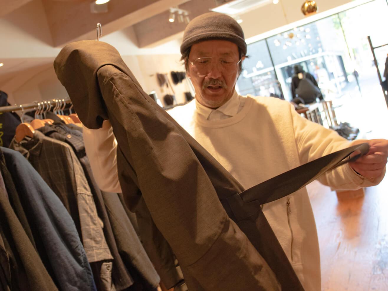 ノルウェー・ジャン・レインのコートを持っている男性の写真
