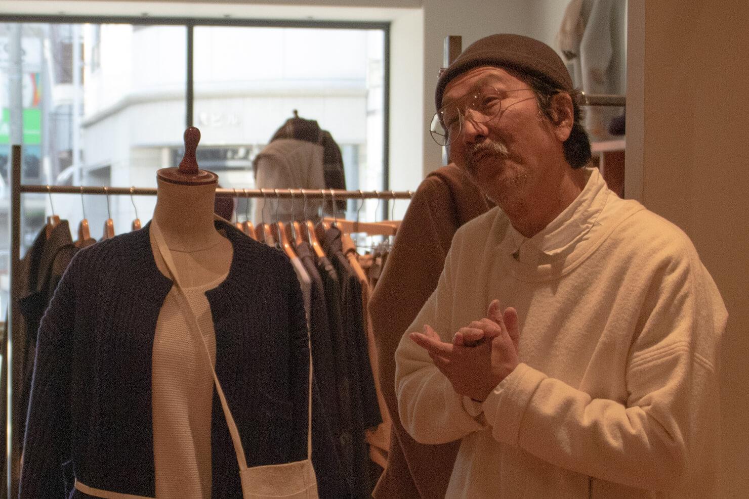 オネエポーズをする浅田さんのアップの写真