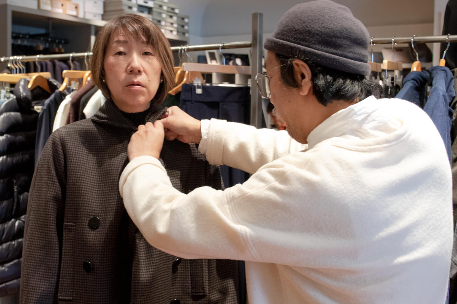 ジャケットの襟のボタンを留めてもらっているガッツの顔がボケすぎている写真