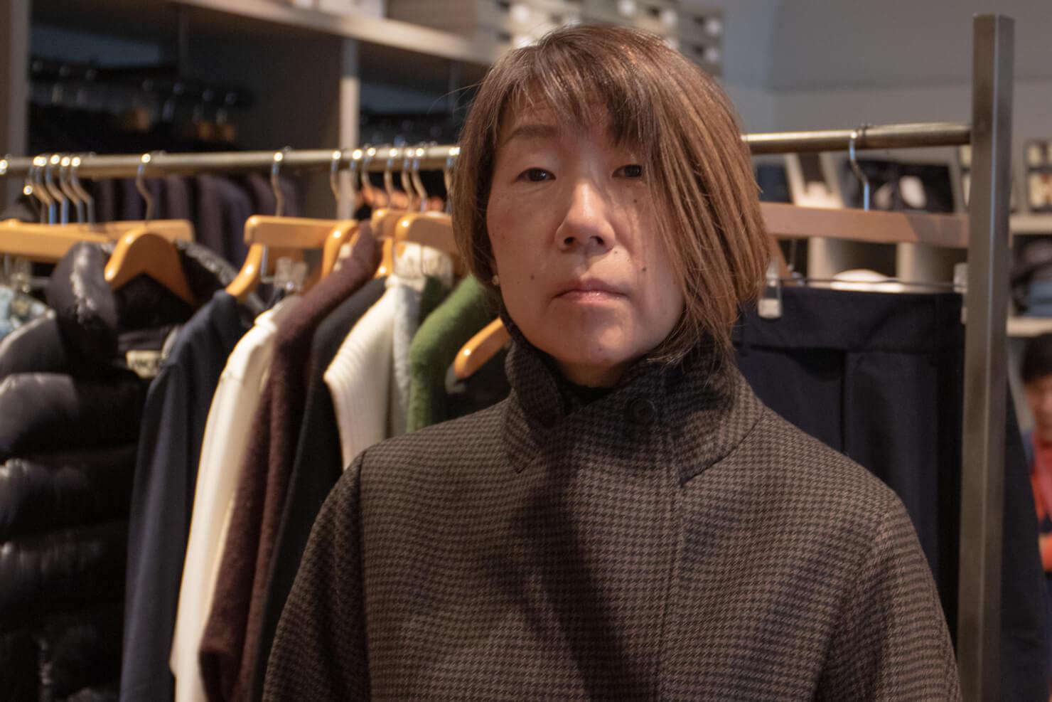 ジャケットの襟の防寒用のボタンを留めてすましているが変な顔のガッツの写真