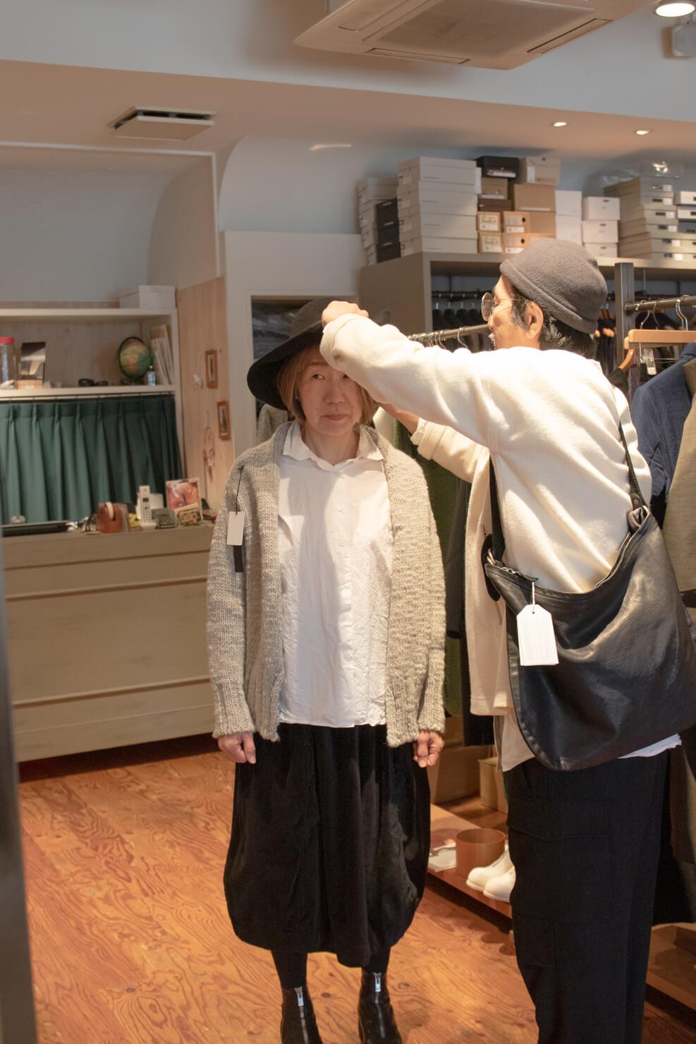浅田さんに帽子をかぶせてもらうガッツの写真