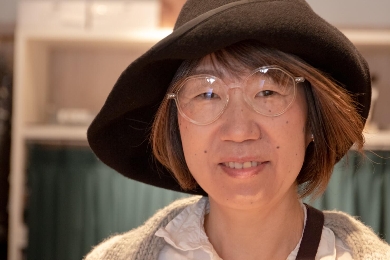 メガネをかけている顔のアップの写真