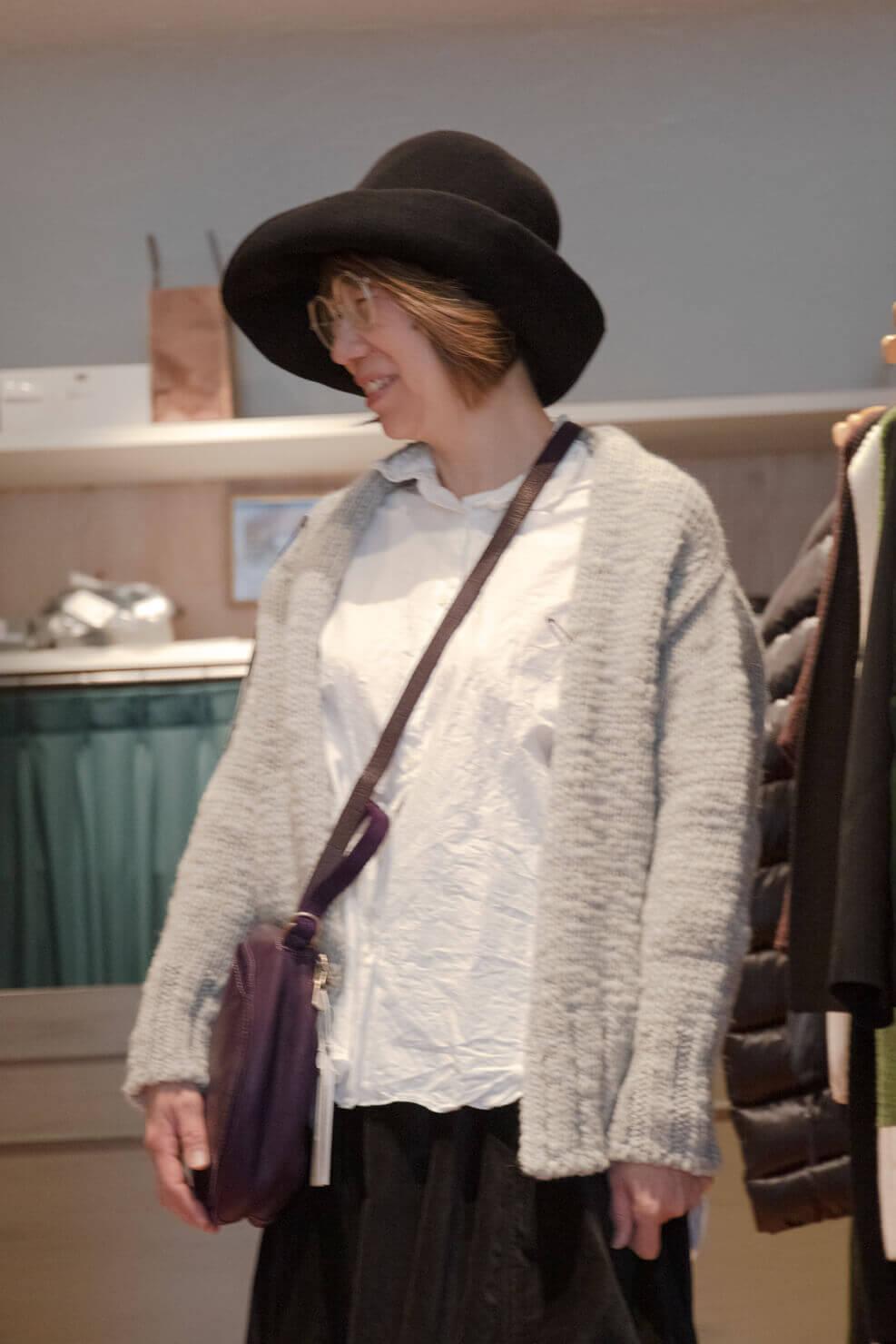 ケーシーケーシーのコーデでバッグを持っている写真