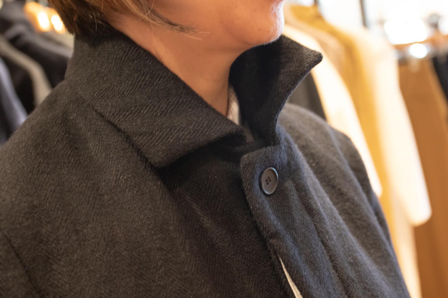 コートの襟元のアップの写真