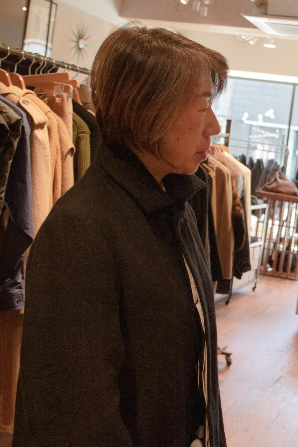 コートの襟のボタンをとめたガッツの写真