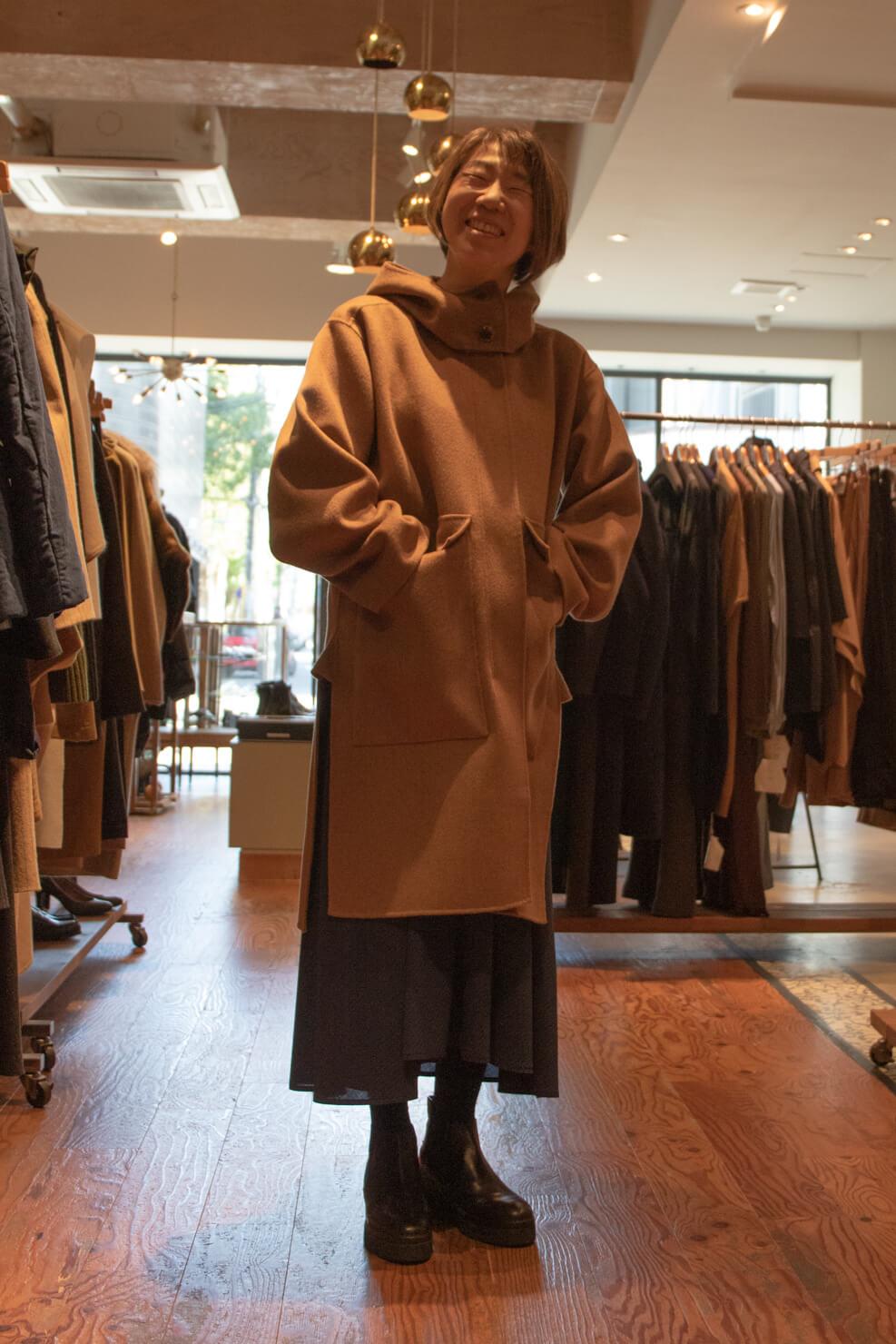 ソフィードールのロングコートを着た正面からの写真