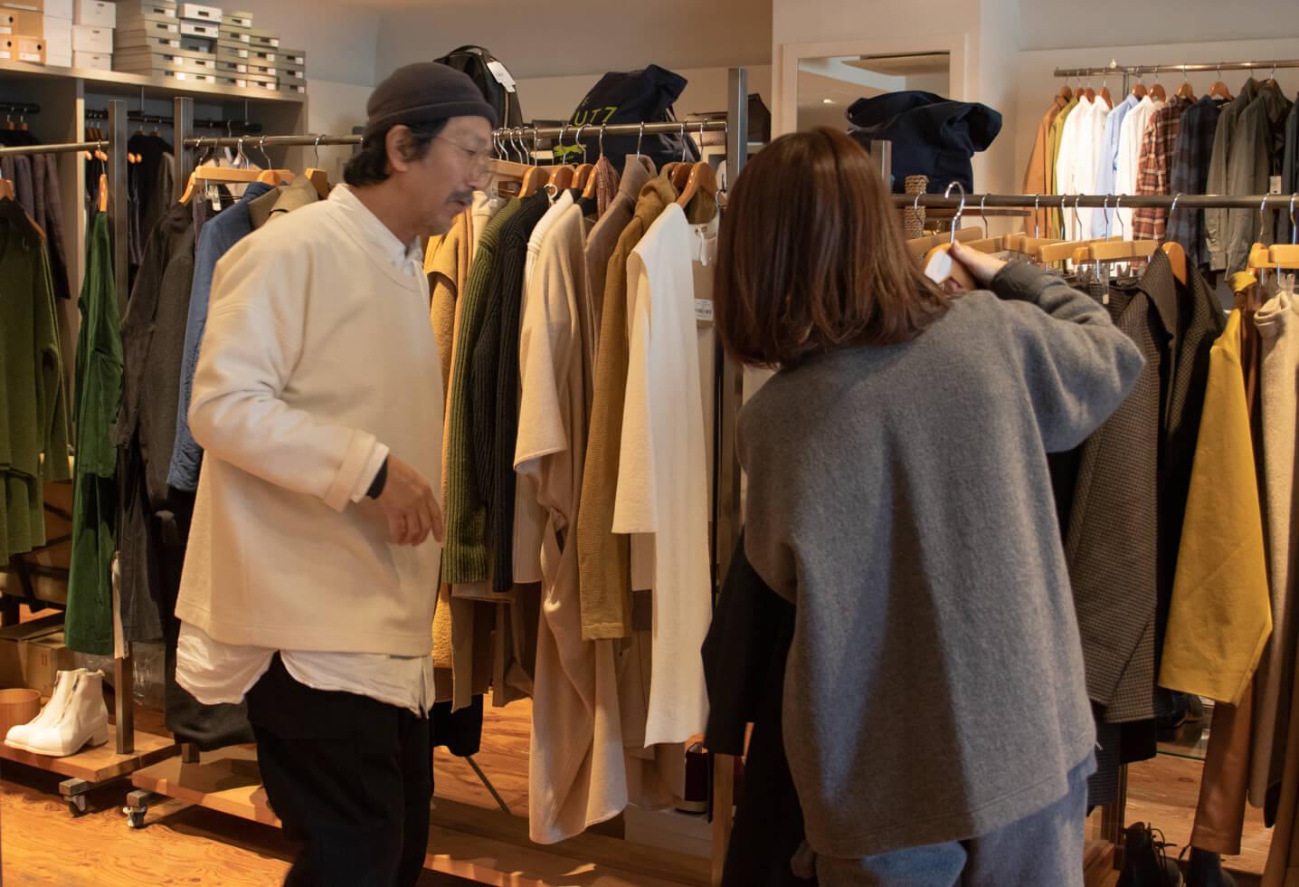 浅田さんと典子さんが二人で洋服を選んでいる写真