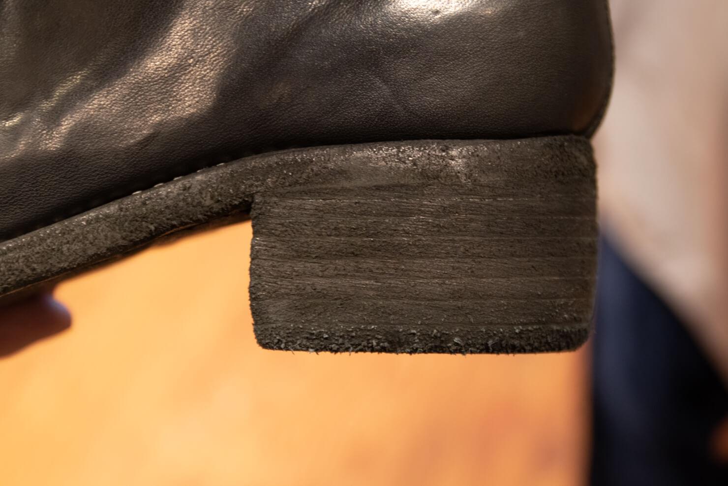 何層にも重ねられた靴底の写真