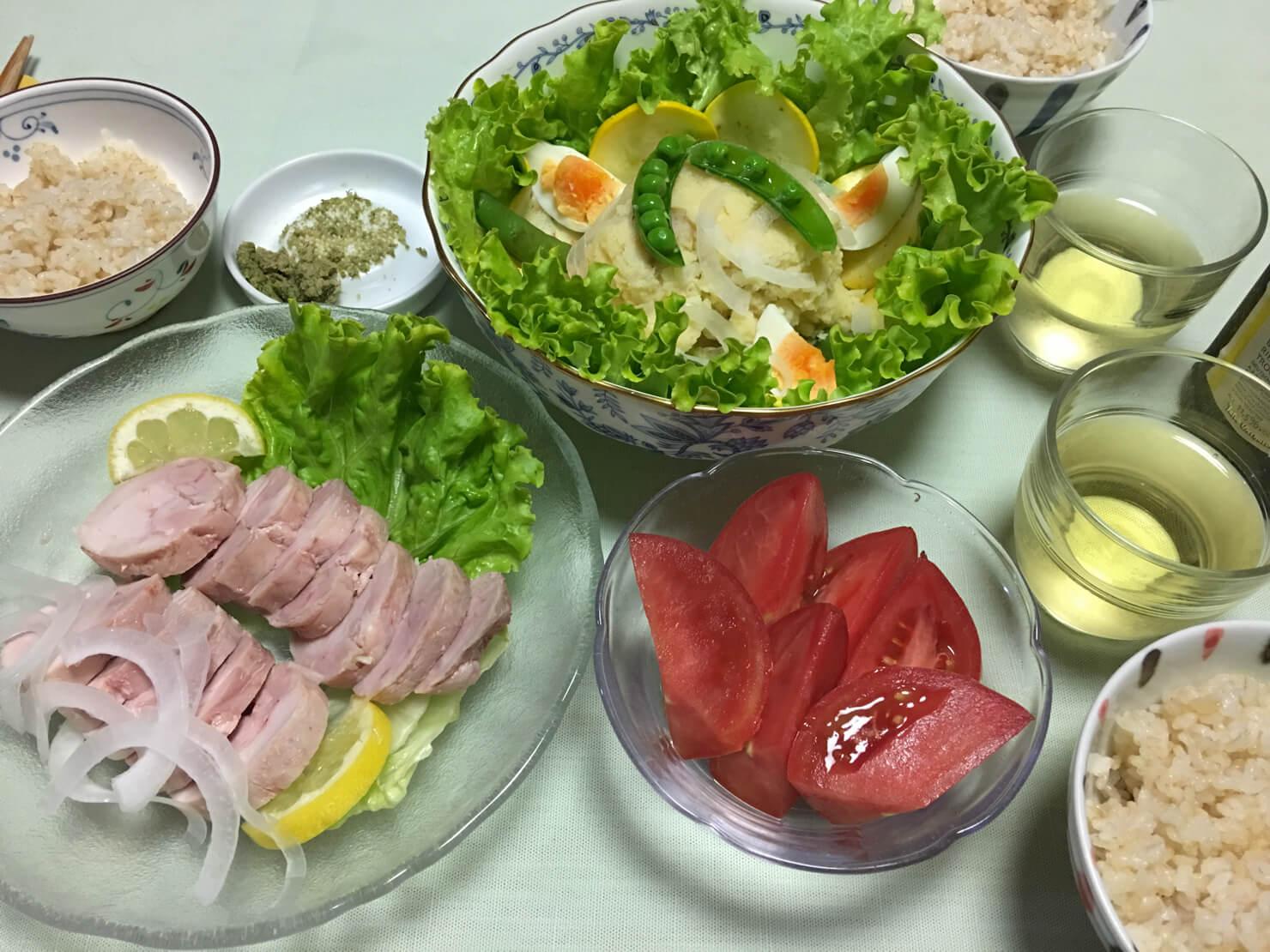 タラモサラダごちそうアレンジバージョン中心の晩御飯の写真