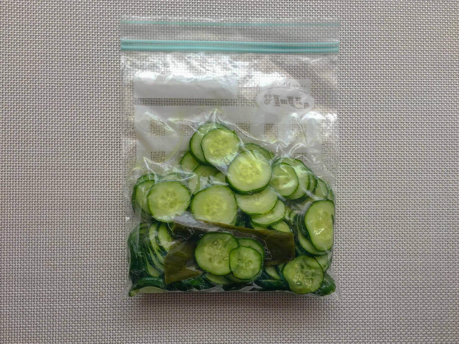 きゅうりの輪切りの塩漬けを保存袋で漬けている写真