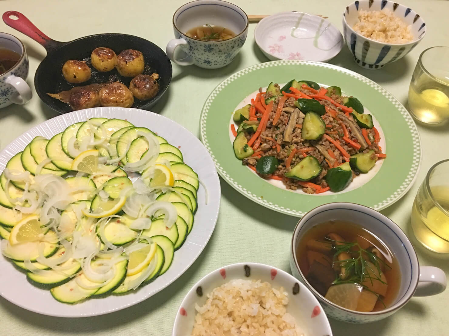 麻婆きゅうり中心の晩御飯の写真