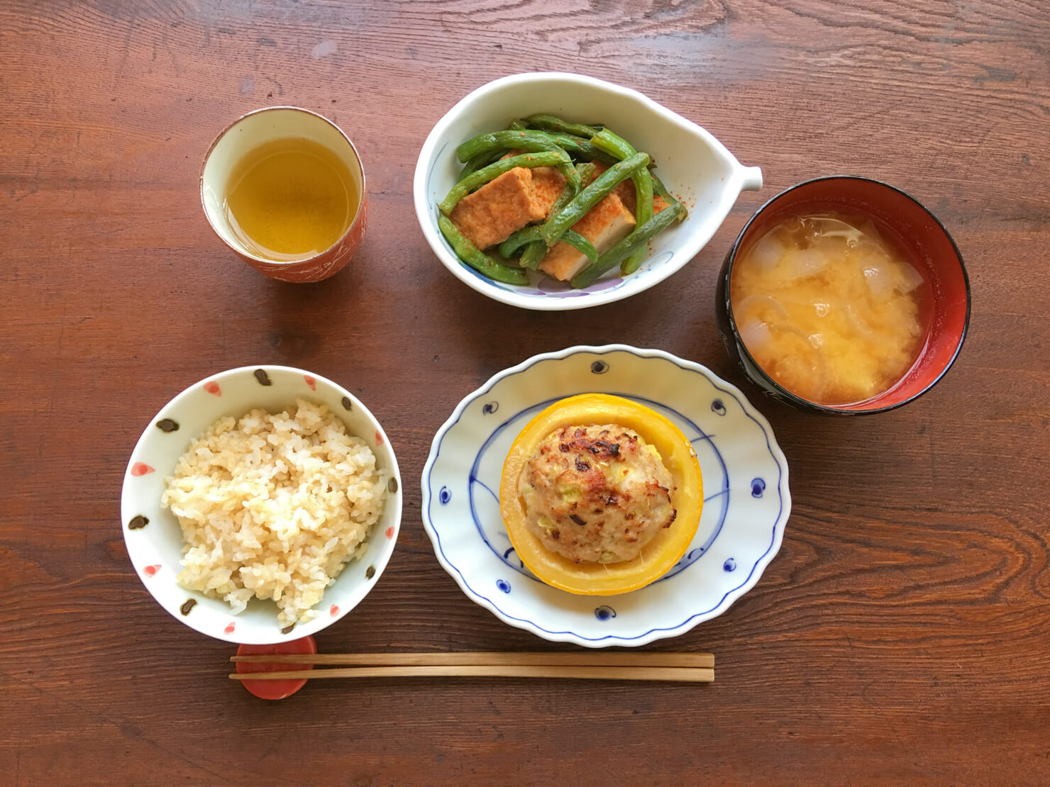 いんげんと厚揚げの煮物中心の晩御飯の写真