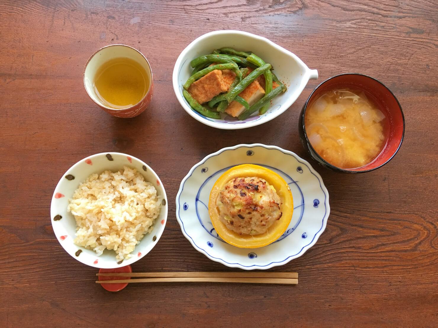 丸ズッキーニの肉詰め焼き中心の夕食の写真