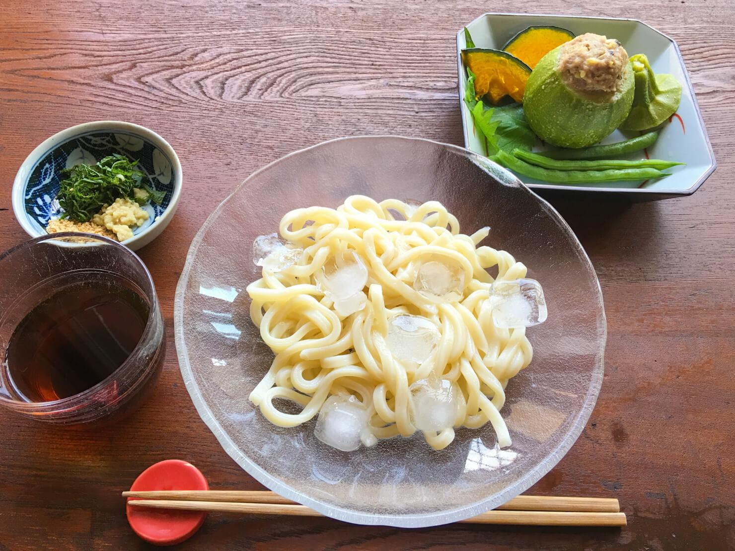 丸ズッキーニの肉詰め蒸し中心の昼食の写真