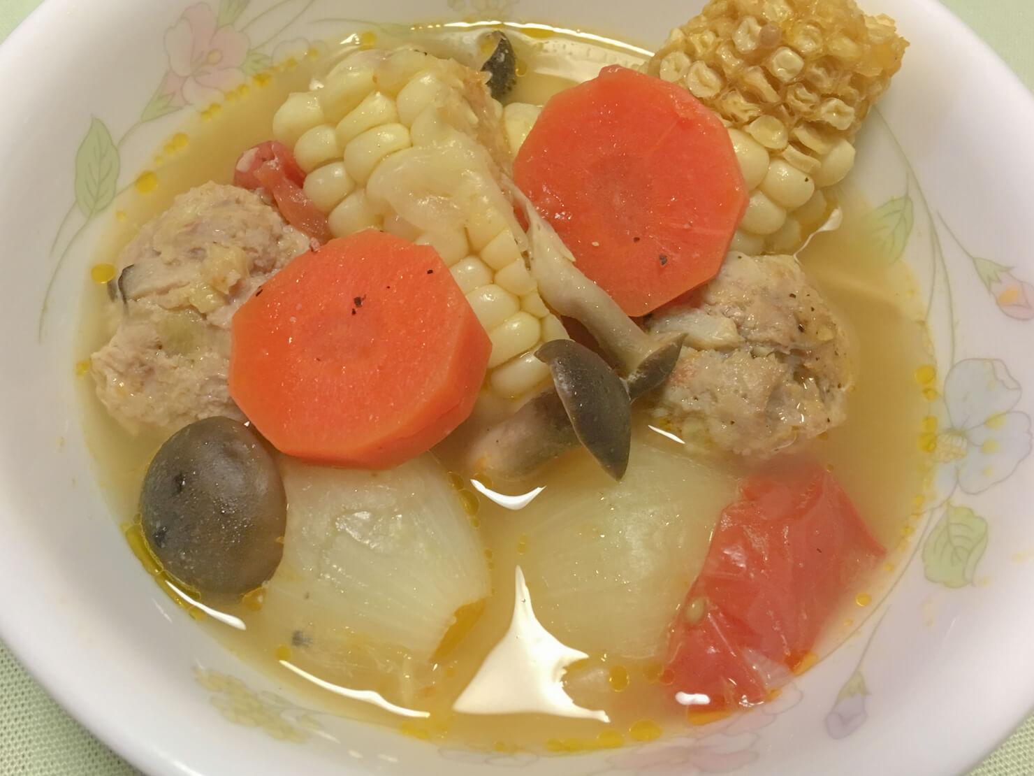 丸ズッキーニの肉詰め蒸しで余ったタネを入れたトウモロコシのスープの写真