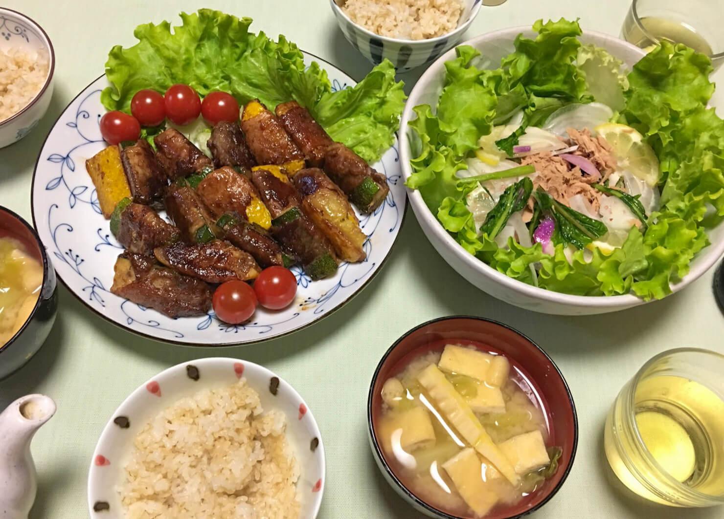 ズッキーニの肉巻中心の晩御飯の写真