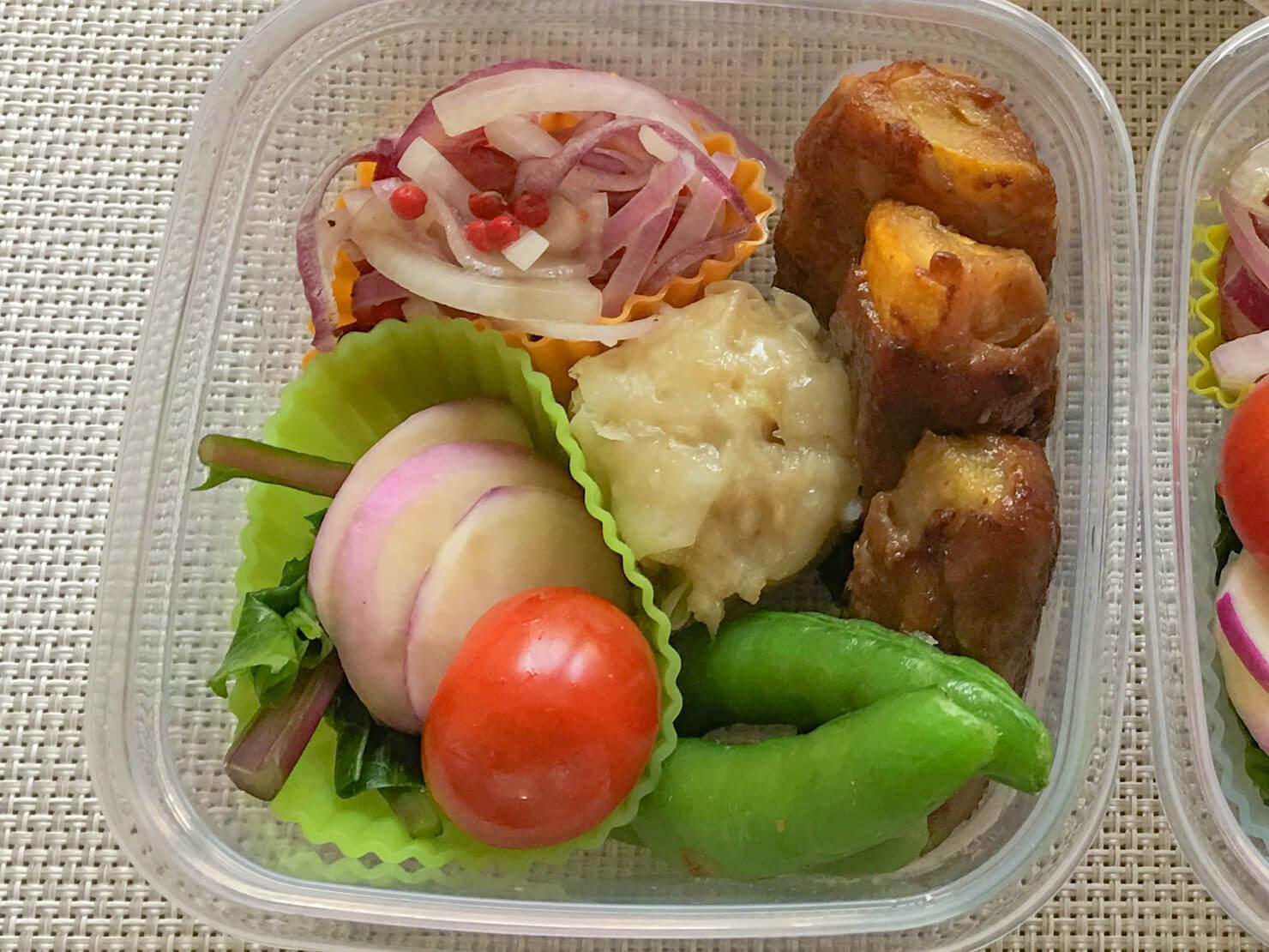 ズッキーニの肉巻きの入った弁当の写真