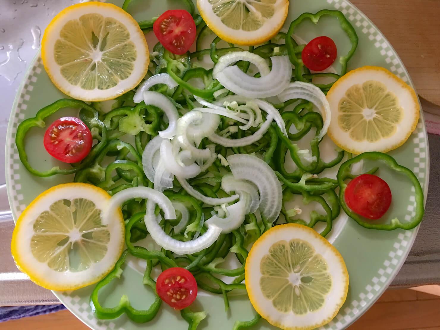野菜を皿に盛りつけた写真