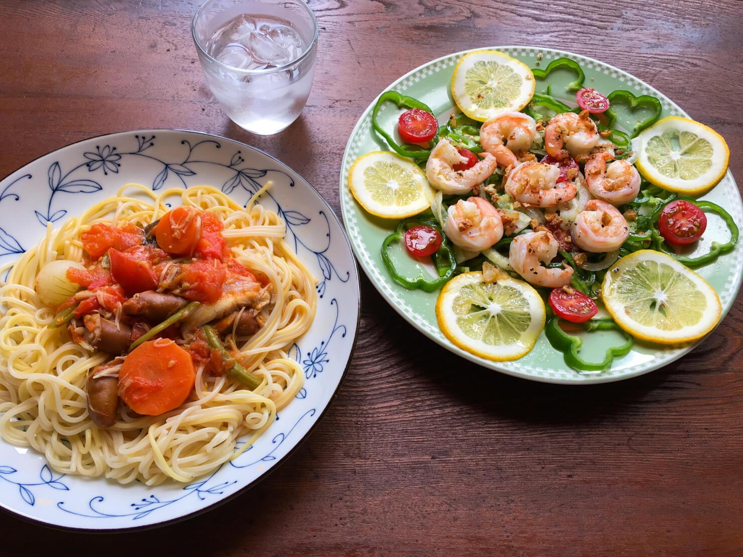 生ピーマンとエビのカルパッチョ中心の昼御飯の写真