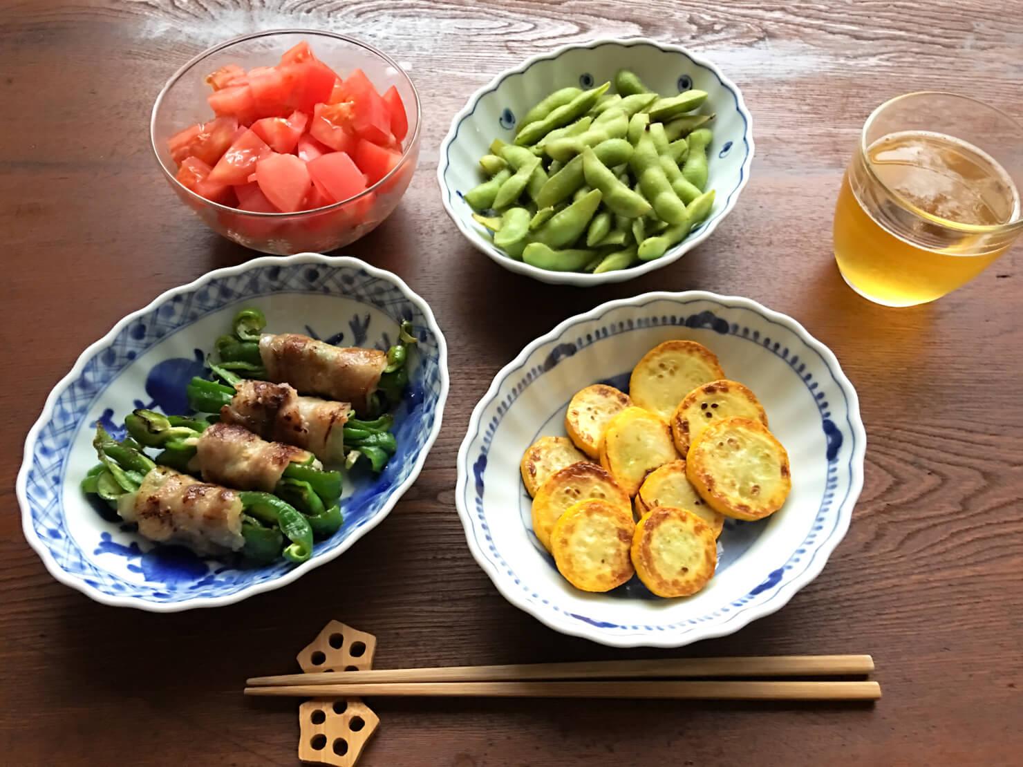 生ピーマンの豚肉塩麹漬け巻き焼き中心の居酒屋料理の写真