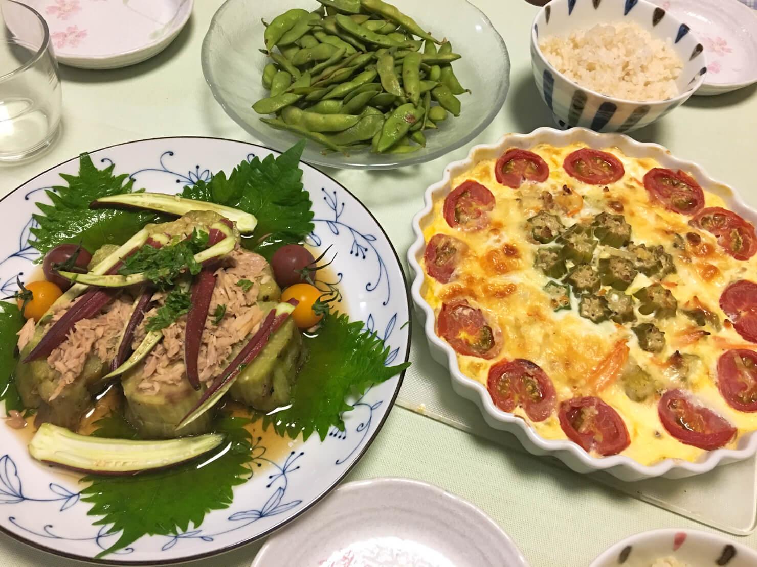 天狗ナスの焼きナスサラダ中心の晩御飯の写真