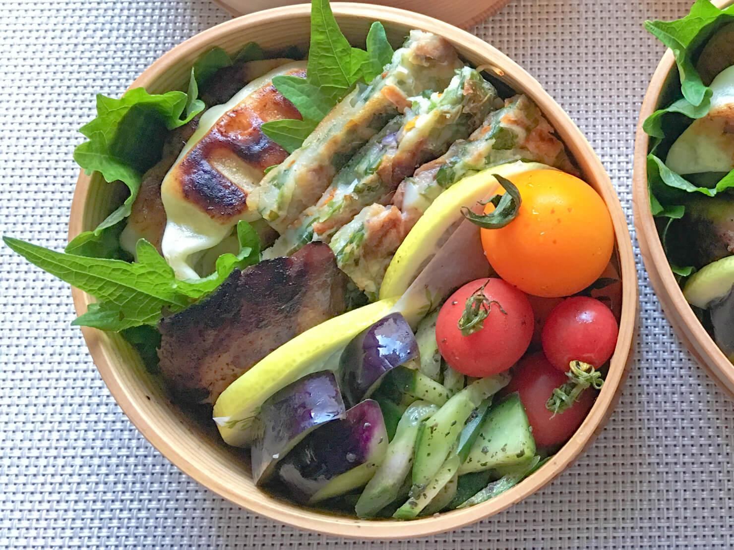 モロヘイヤのチヂミ中心のお弁当の写真