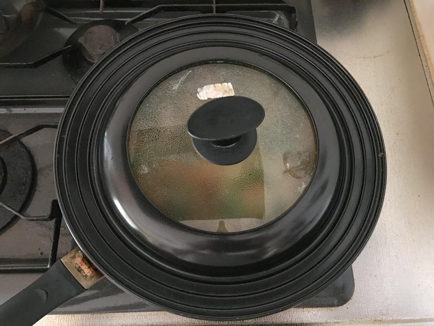 モロヘイヤのチヂミを蓋をして蒸し焼きにしている写真
