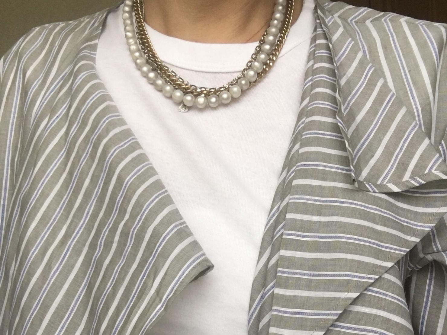無印良品の白Tシャツとハスナのネックレスをクリスタセヤのシャツに合わせた写真