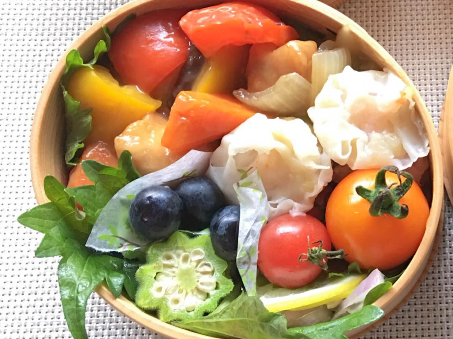白ナス酢鶏中心のお弁当の写真