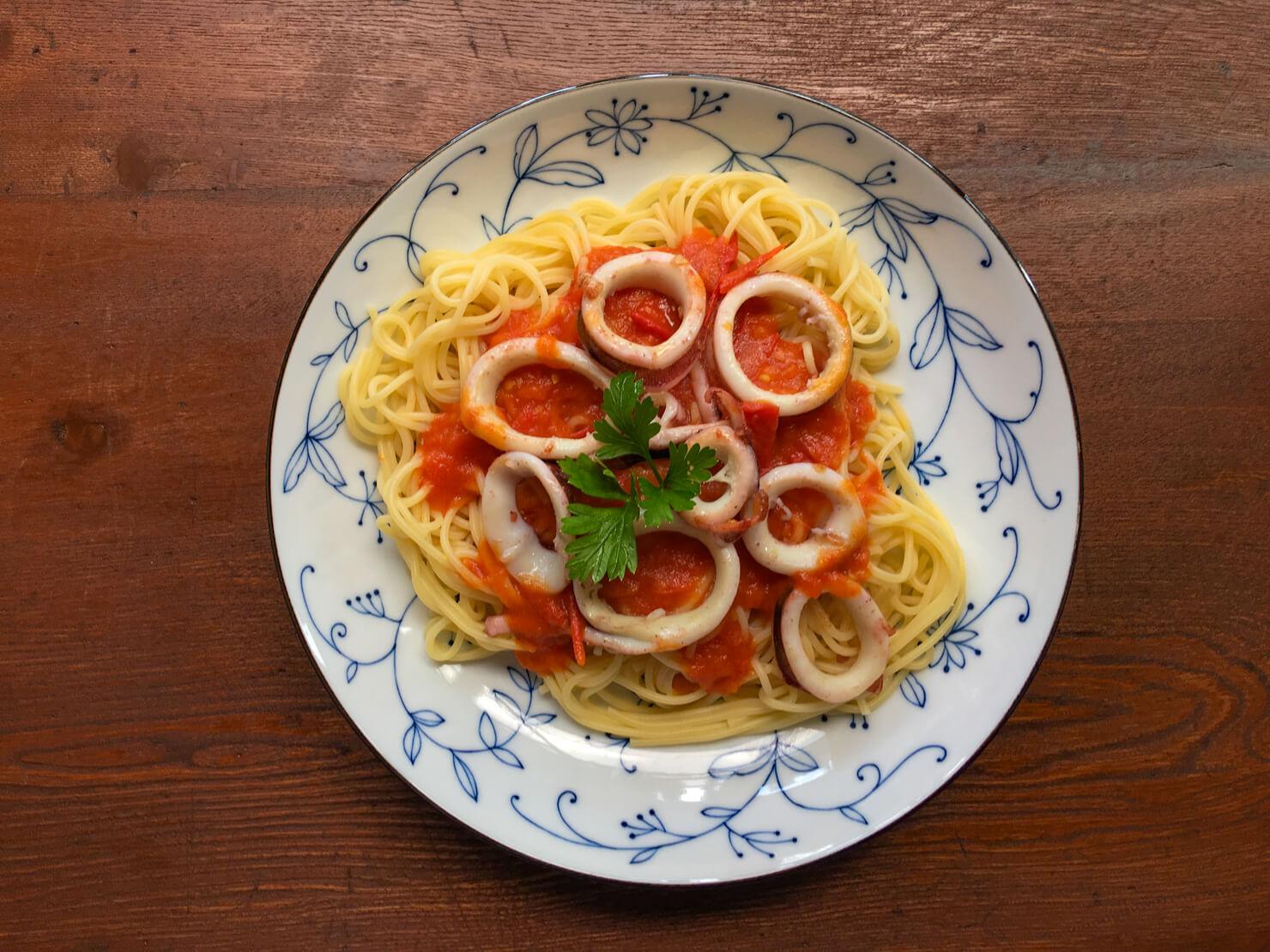 イカのパスタ・トマトソースの写真