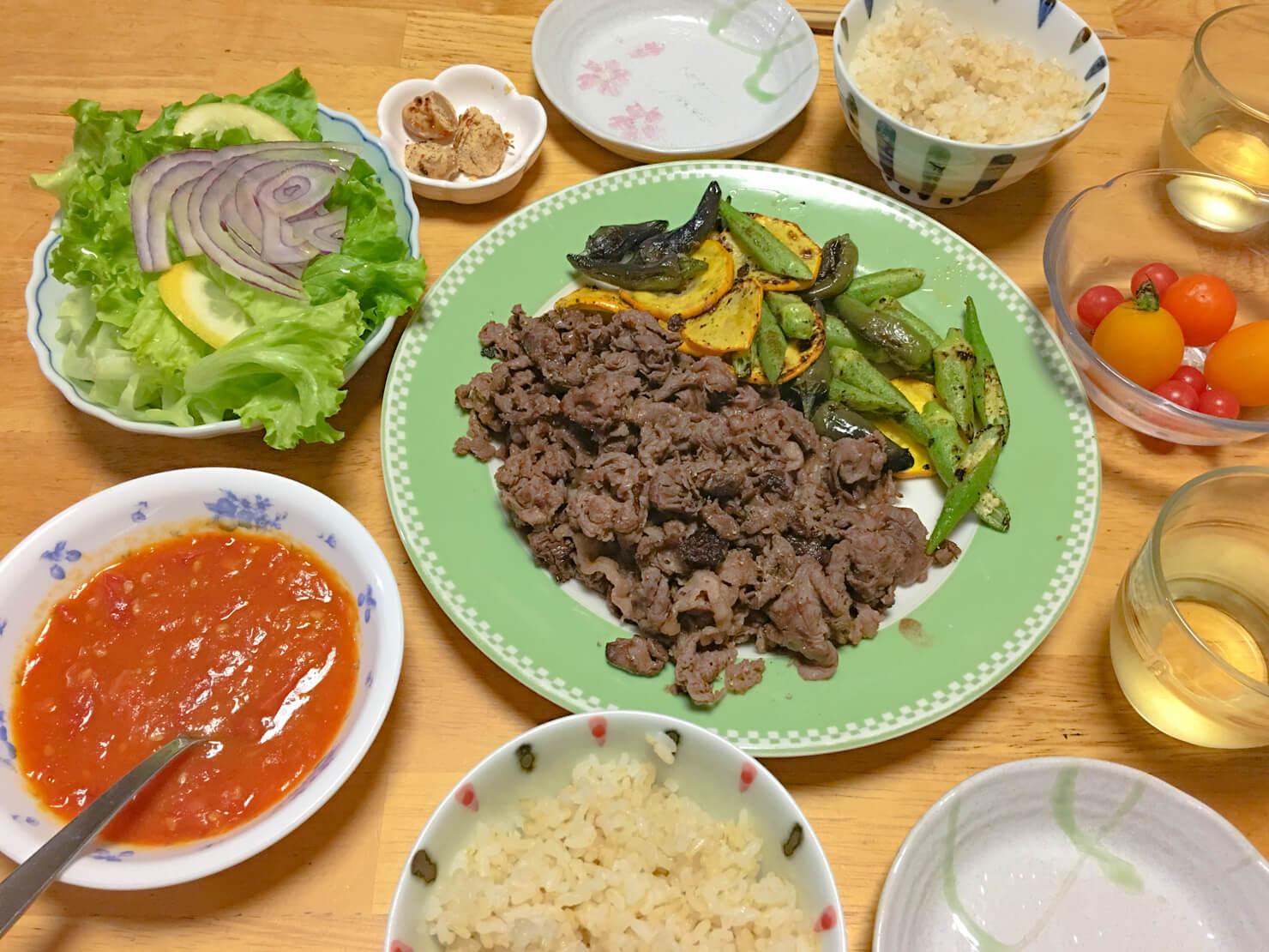 牛こま炒めトマトソースがけ中心の晩御飯の写真