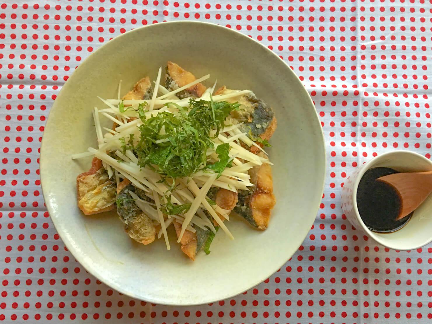 新生姜を食べるアジの唐揚げの写真
