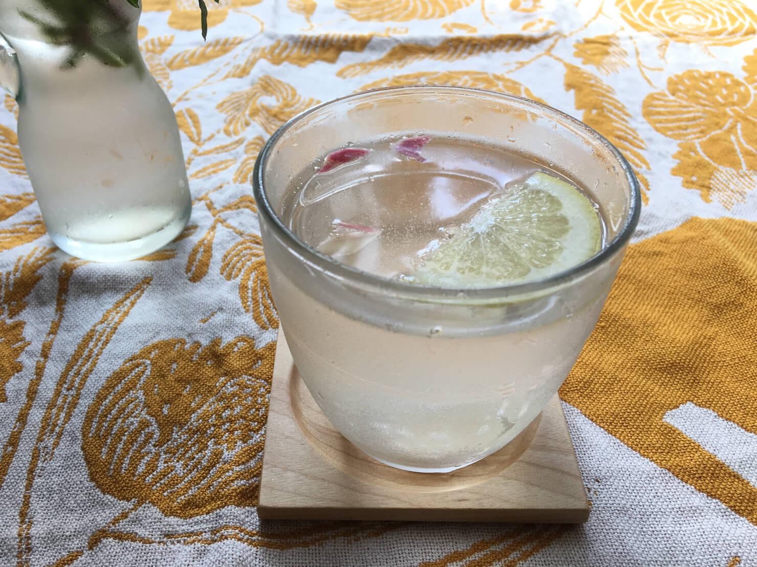 新生姜のハチミツ漬けで作ったジンジャーエールの写真