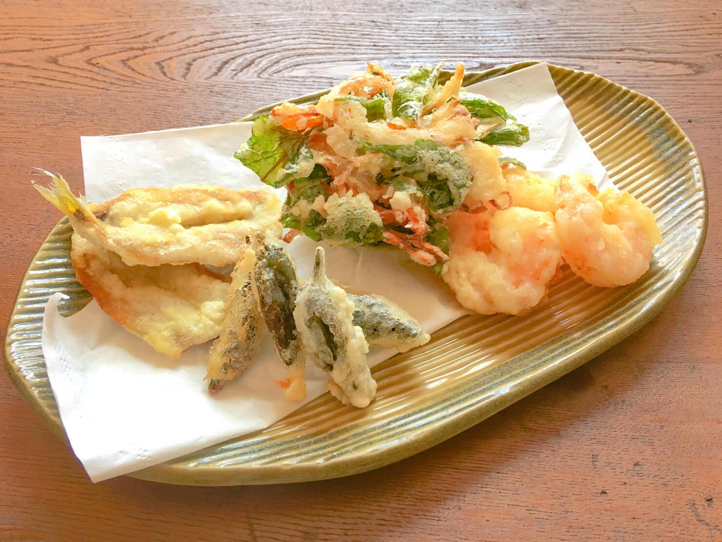 空芯菜と人参と玉ねぎのかき揚げと他の天ぷらの写真