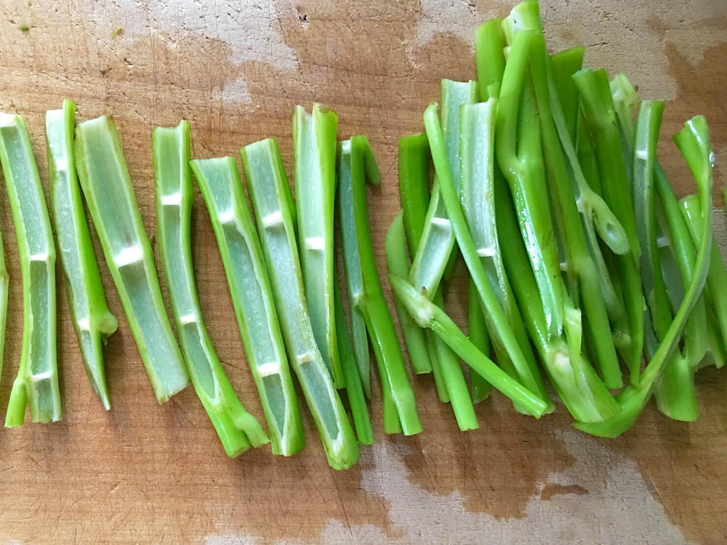 空芯菜の茎を2等分したところの写真