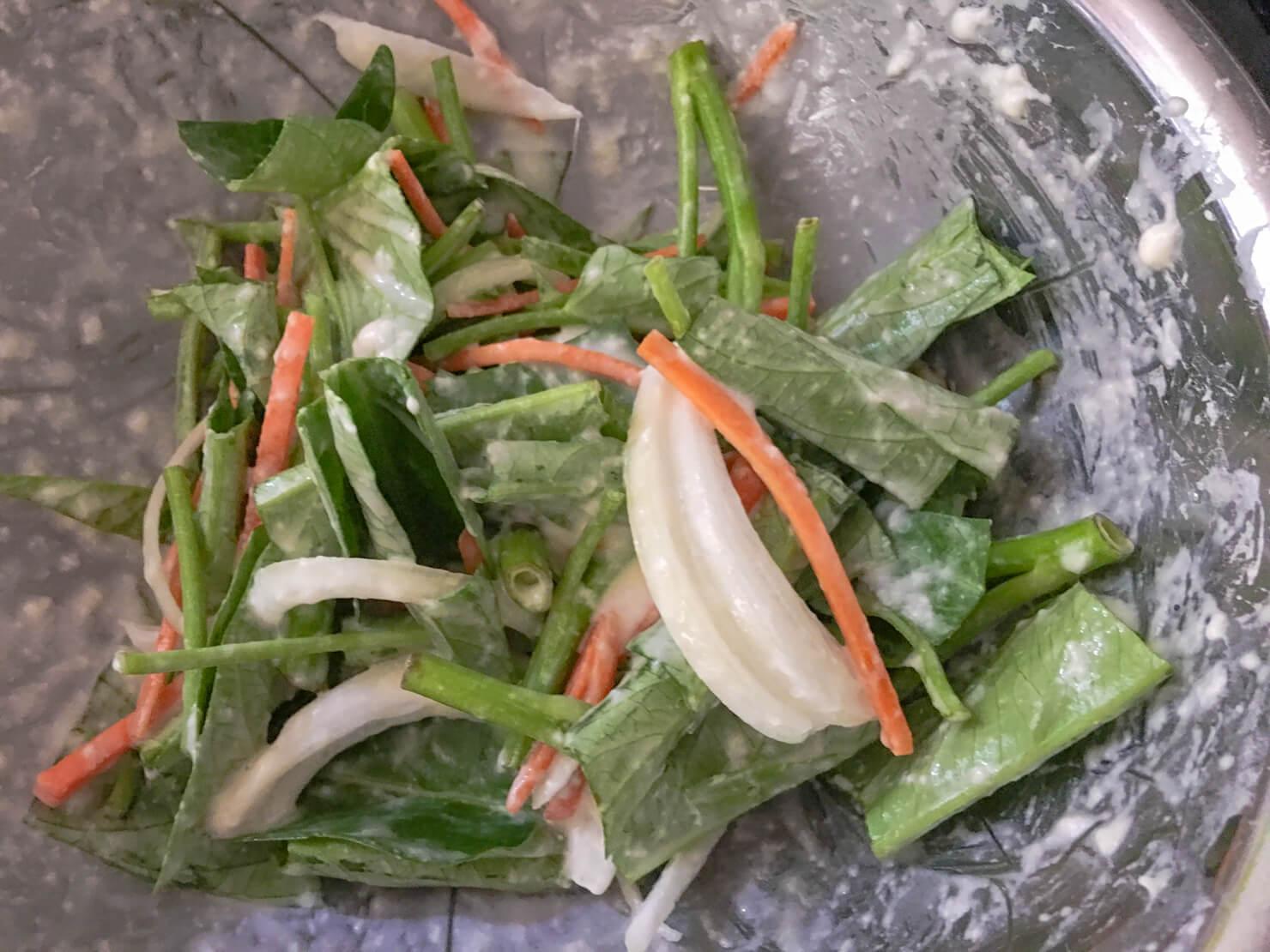 空芯菜と人参と玉ねぎを粉と混ぜた写真