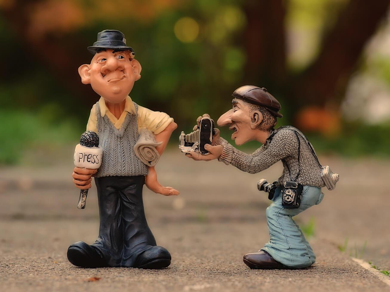 取材する新聞記者のフィギアの写真