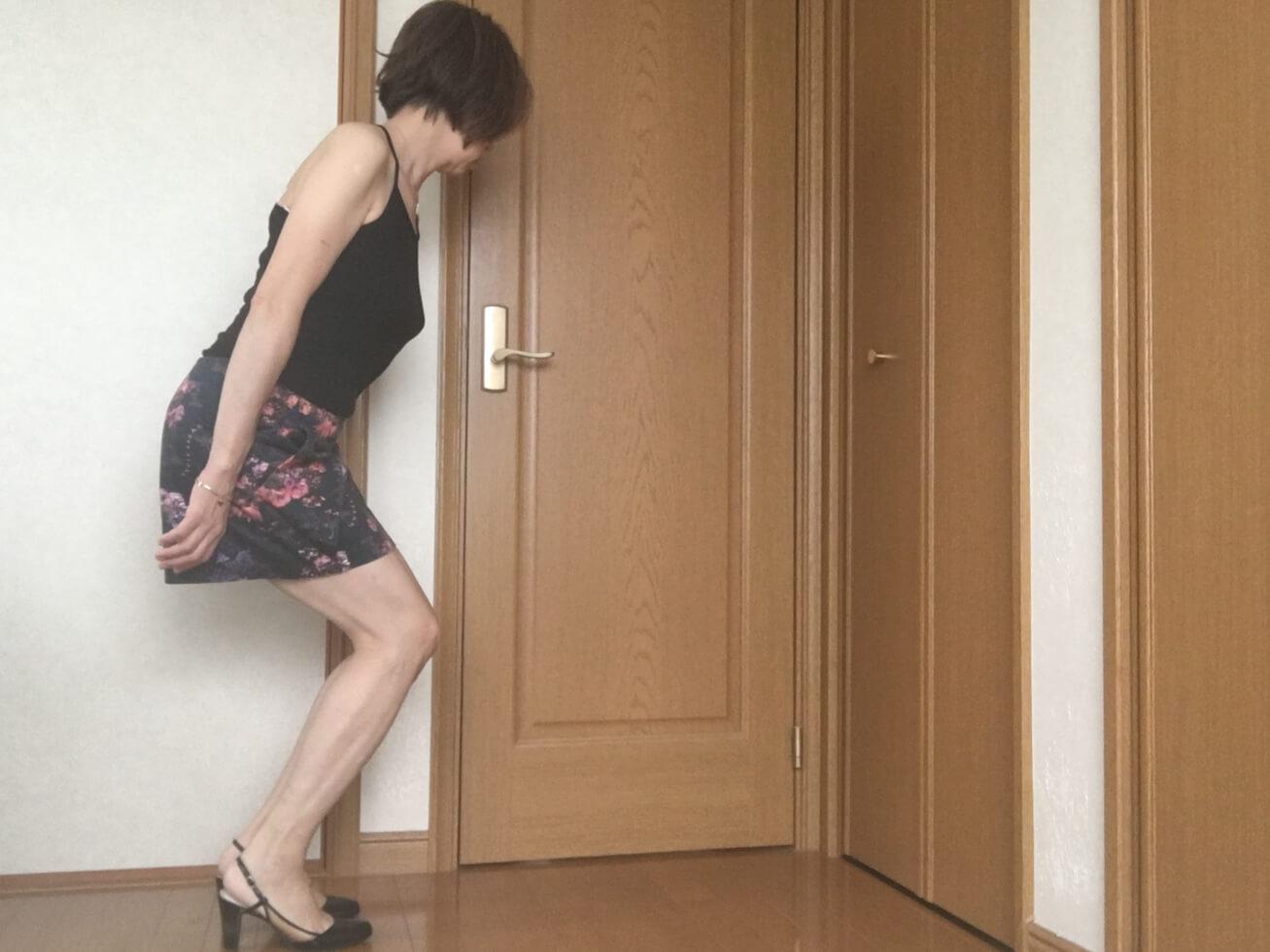 ガッツがミニスカートをはいてセクシーポーズをしようとしている写真