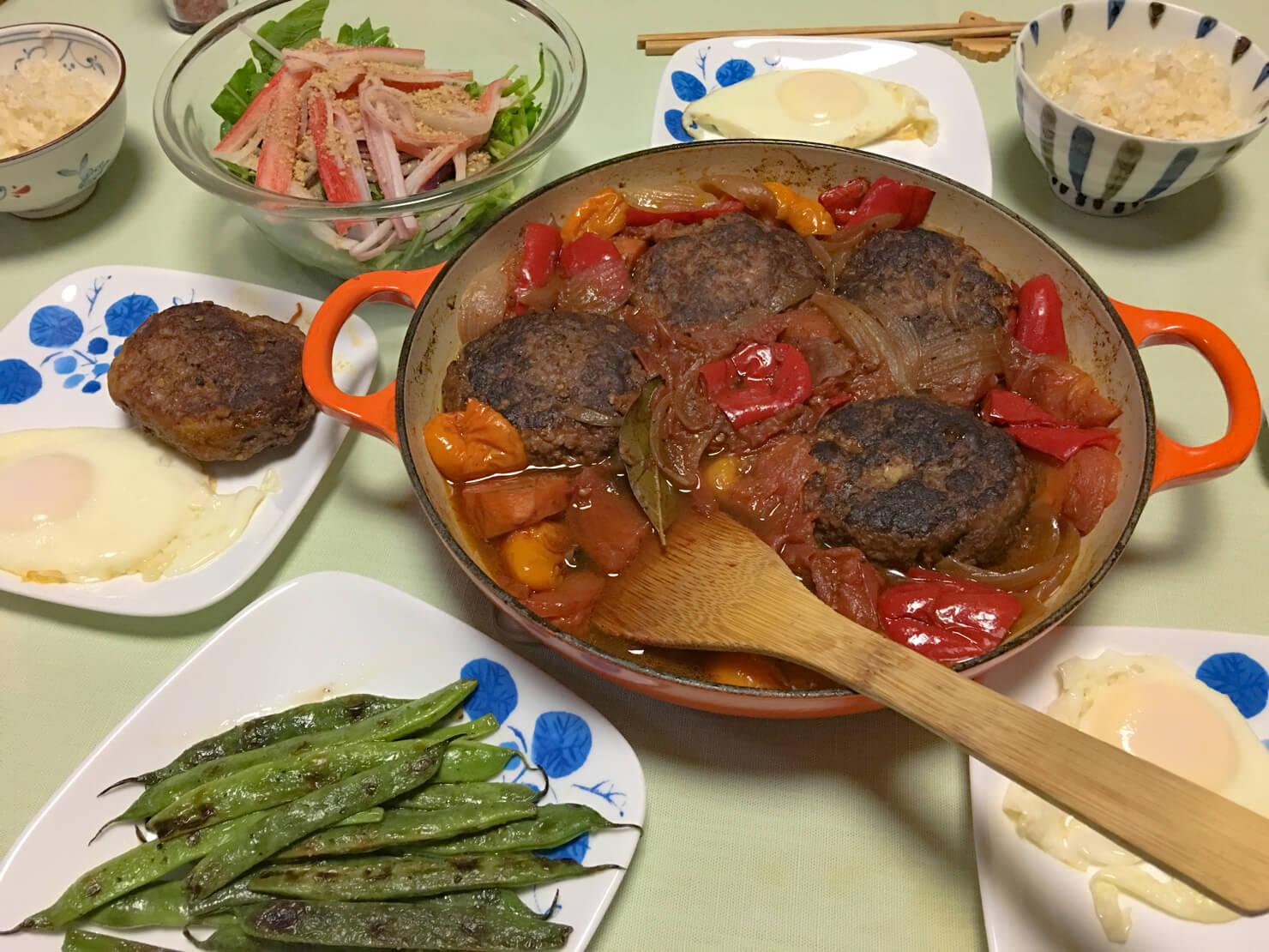 ビュッフェ キャセロールで作った煮込みハンバーグ中心の夕食の写真